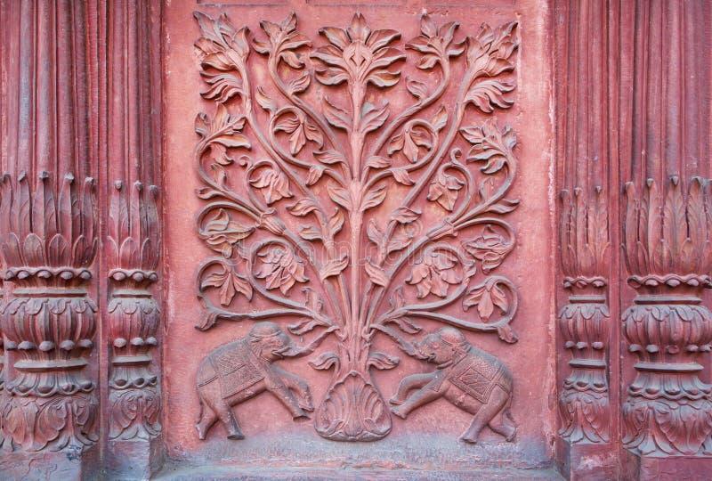 Слон 2 под деревом жизни Барельеф на стене древнего храма стоковое изображение