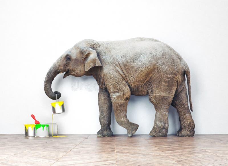 Слон с чонсервными банками краски стоковое фото