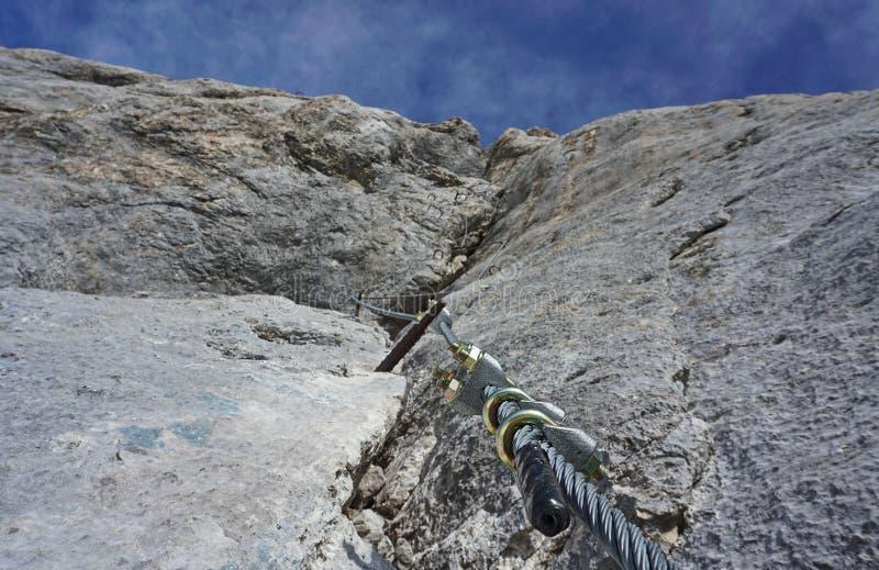 С помощью железного веревки, закрепленного на камне стоковое изображение rf