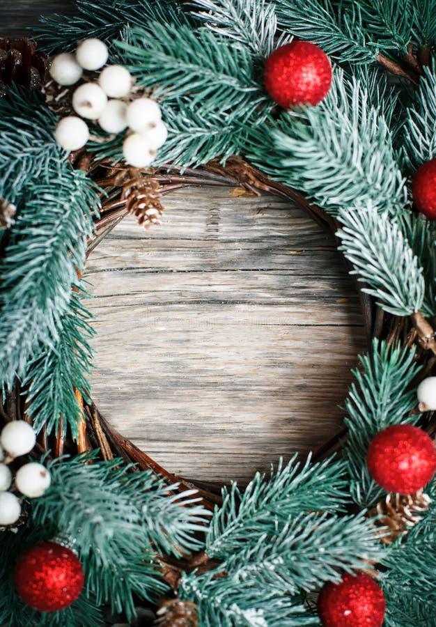 С Рождеством Христовым и с новым годом Венок рождества декоративный на деревянной предпосылке Предпосылка с космосом экземпляра стоковые фото