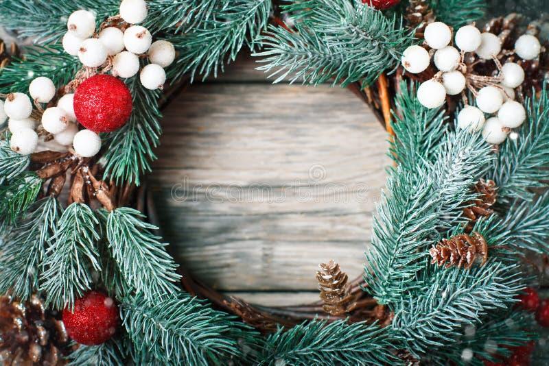 С Рождеством Христовым и с новым годом Венок рождества декоративный на деревянной предпосылке Предпосылка с космосом экземпляра стоковое изображение rf