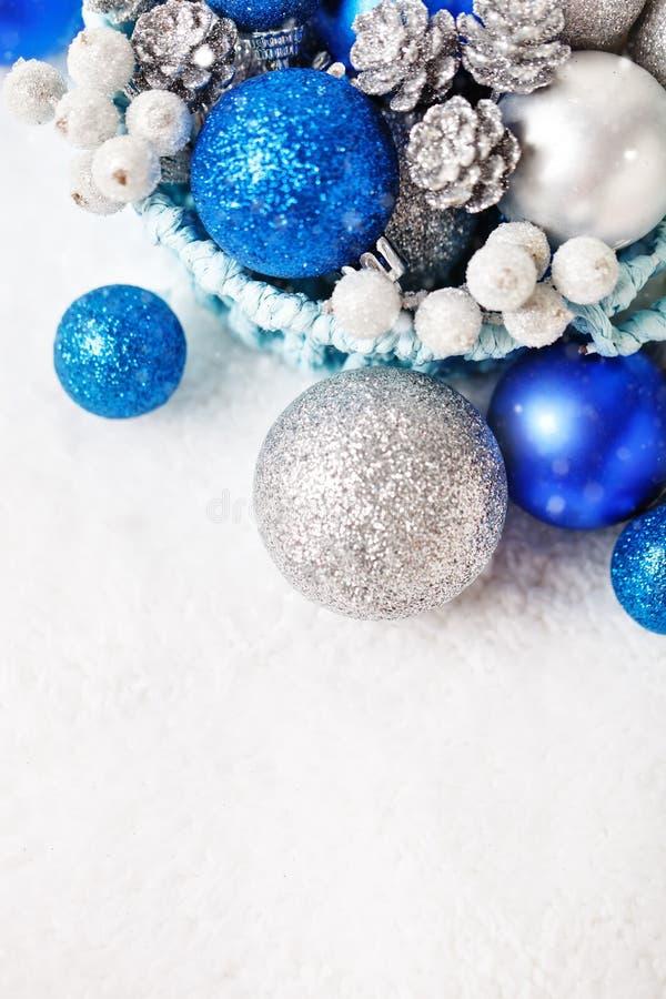 С Рождеством Христовым и с новым годом Голубое и серебряное рождество забавляется на светлой предпосылке Селективный фокус Взгляд стоковое фото