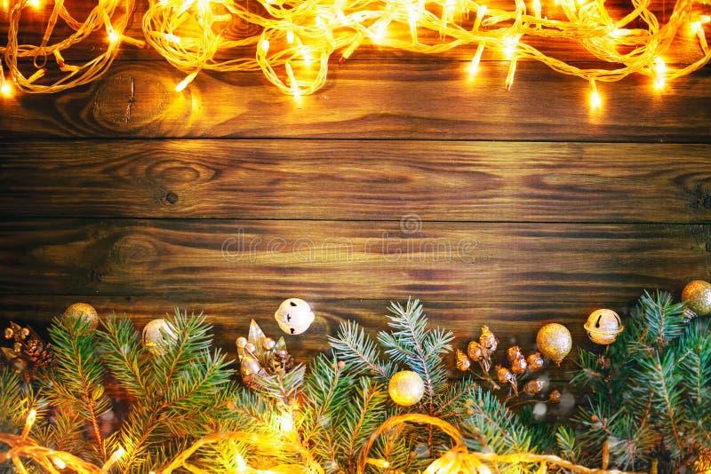 С Рождеством Христовым и с новым годом Елевые ветви и игрушки рождества на деревянной предпосылке предпосылка с экземпляром стоковые изображения