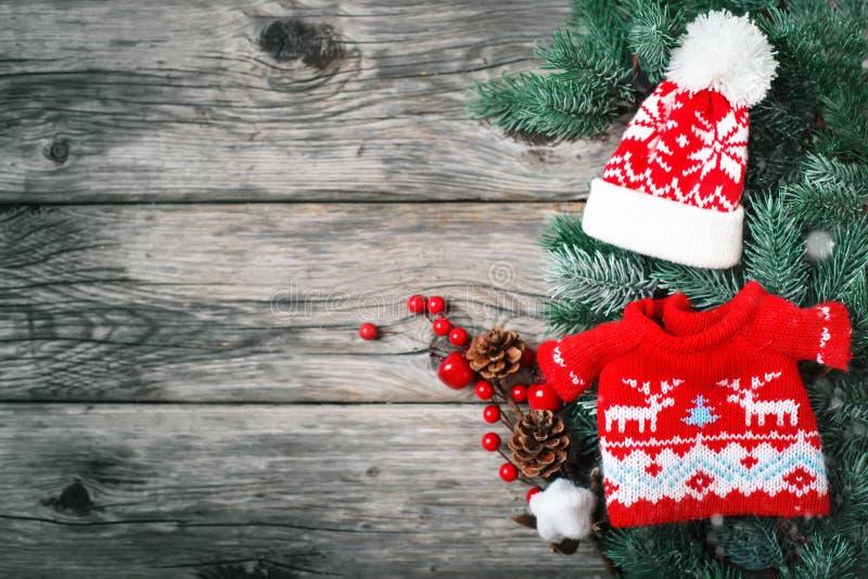 С Рождеством Христовым и с новым годом Елевые ветви и игрушки рождества на деревянной предпосылке предпосылка с экземпляром стоковое изображение