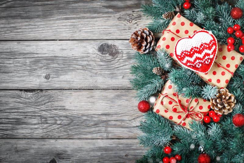 С Рождеством Христовым и с новым годом Елевые ветви и игрушки рождества на деревянной предпосылке предпосылка с экземпляром стоковая фотография rf