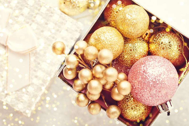 С Рождеством Христовым и с новым годом Золотые игрушки рождества на светлой предпосылке Селективный фокус Взгляд сверху Рождество стоковое фото