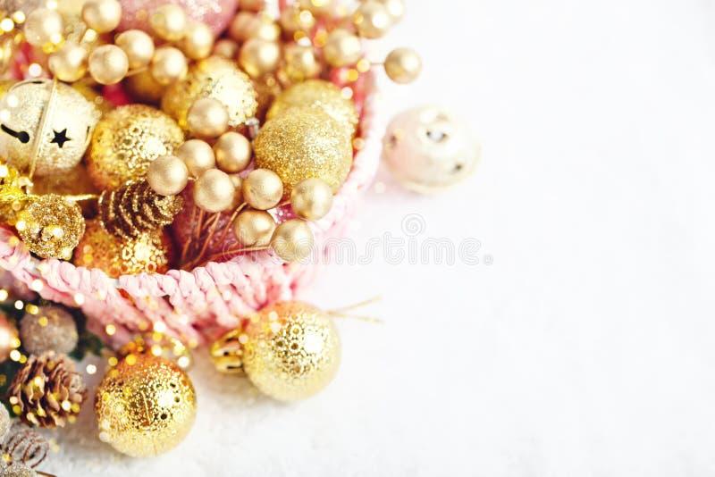 С Рождеством Христовым и с новым годом Золотые игрушки рождества на светлой предпосылке Селективный фокус Взгляд сверху Рождество стоковая фотография