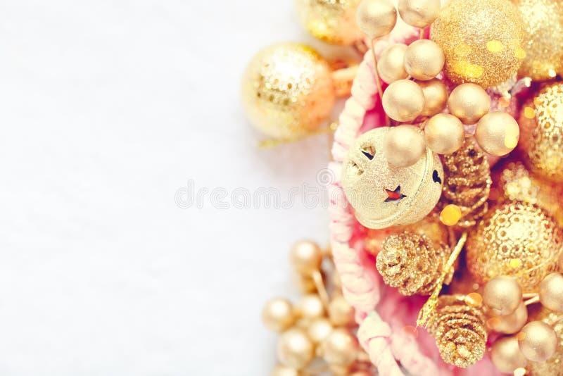 С Рождеством Христовым и с новым годом Золотые игрушки рождества на светлой предпосылке Селективный фокус Взгляд сверху Рождество стоковая фотография rf