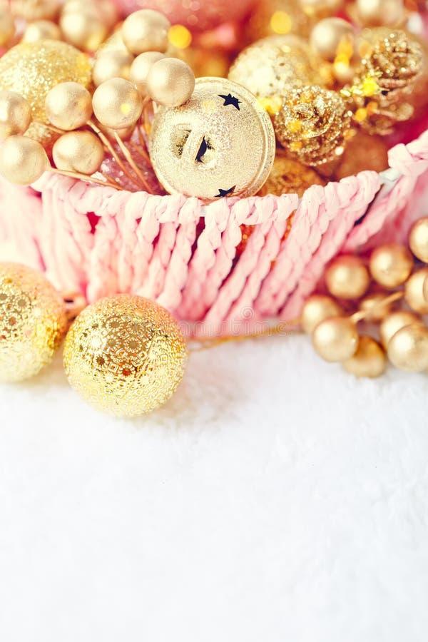 С Рождеством Христовым и с новым годом Золотые игрушки рождества на светлой предпосылке Селективный фокус Взгляд сверху Рождество стоковые фотографии rf