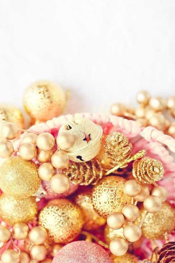 С Рождеством Христовым и с новым годом Золотые игрушки рождества на светлой предпосылке Селективный фокус Взгляд сверху Рождество стоковое фото rf