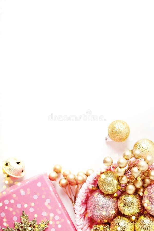 С Рождеством Христовым и с новым годом Золотые игрушки рождества на светлой предпосылке Селективный фокус Взгляд сверху Рождество стоковые изображения