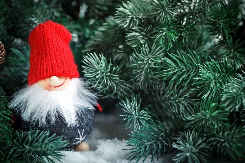 С Рождеством Христовым и с новым годом Игрушка Санта в ветвях спруса Селективный фокус стоковое фото