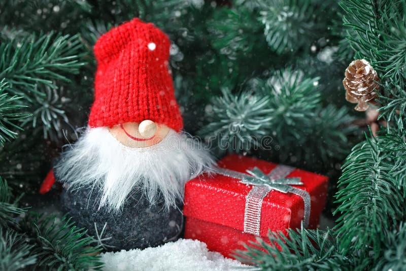С Рождеством Христовым и с новым годом Игрушка Санта в ветвях спруса Селективный фокус стоковые изображения
