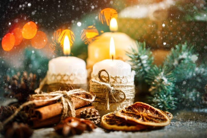 С Рождеством Христовым и с новым годом Игрушки свечи и рождества на деревянном столе Bokeh Селективный фокус стоковые фотографии rf