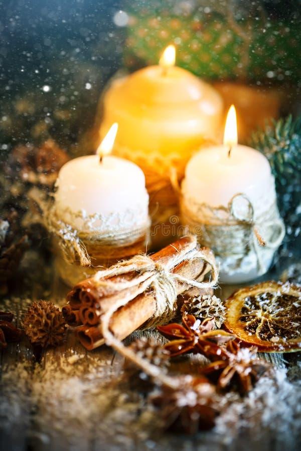 С Рождеством Христовым и с новым годом Игрушки свечи и рождества на деревянном столе Bokeh Селективный фокус стоковое изображение