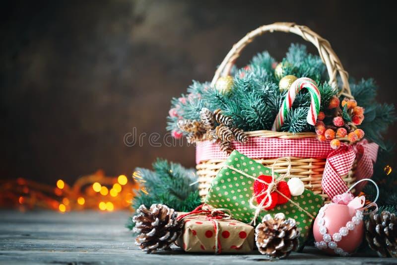 С Рождеством Христовым и с новым годом Корзина с игрушками рождества и подарками рождества на деревянной предпосылке стоковое фото rf