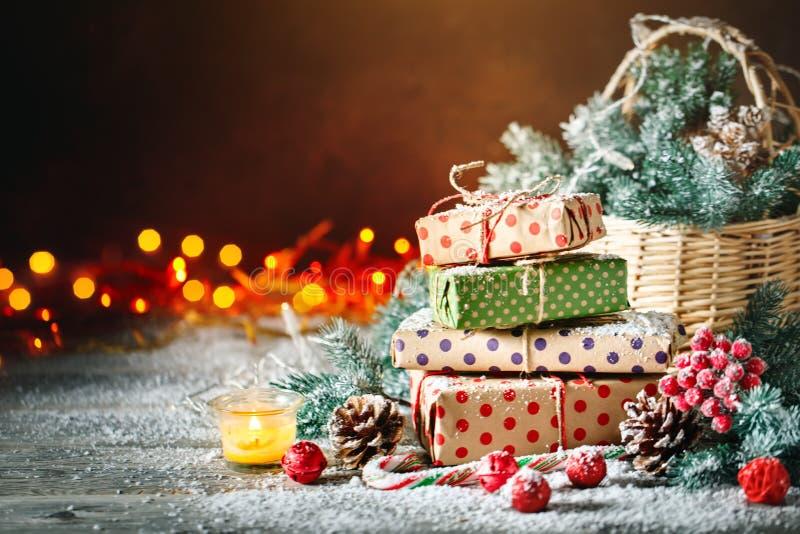 С Рождеством Христовым и с новым годом Корзина с игрушками рождества и подарками рождества на деревянной предпосылке стоковые изображения