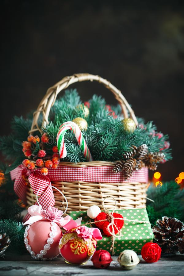 С Рождеством Христовым и с новым годом Корзина с игрушками рождества и подарками рождества на деревянной предпосылке стоковая фотография