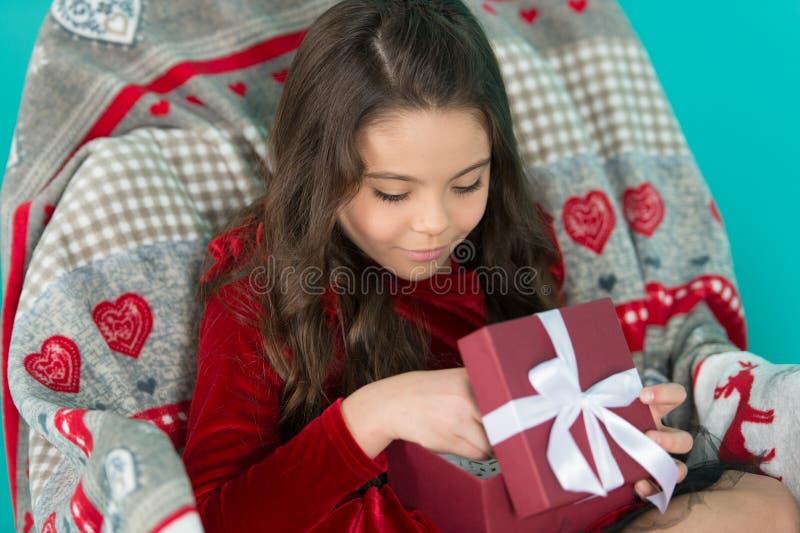 С Рождеством Христовым и с новым годом Милая девушка маленького ребенка с настоящим моментом Нового Года Счастливое маленькое усм стоковое изображение rf