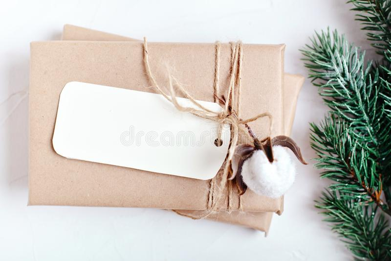 С Рождеством Христовым и с новым годом Модель-макет с открыткой и ветвями рождественской елки на белой предпосылке стоковые фото