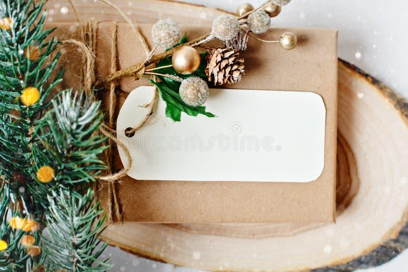 С Рождеством Христовым и с новым годом Модель-макет с открыткой и ветвями рождественской елки на белой предпосылке стоковое фото