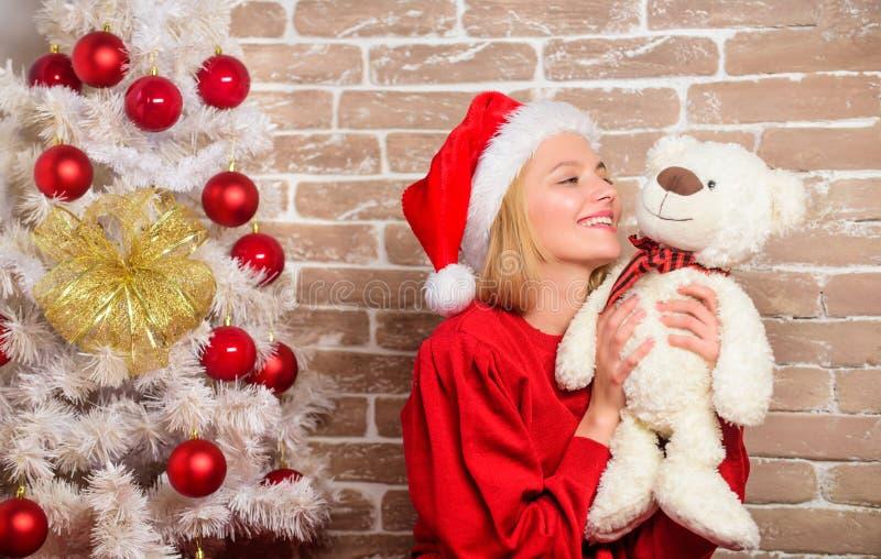 С Рождеством Христовым и с новым годом Партия Новый Год Счастливая девушка в шляпе Санта Клауса Подарки рождества поставки усмеха стоковые изображения rf