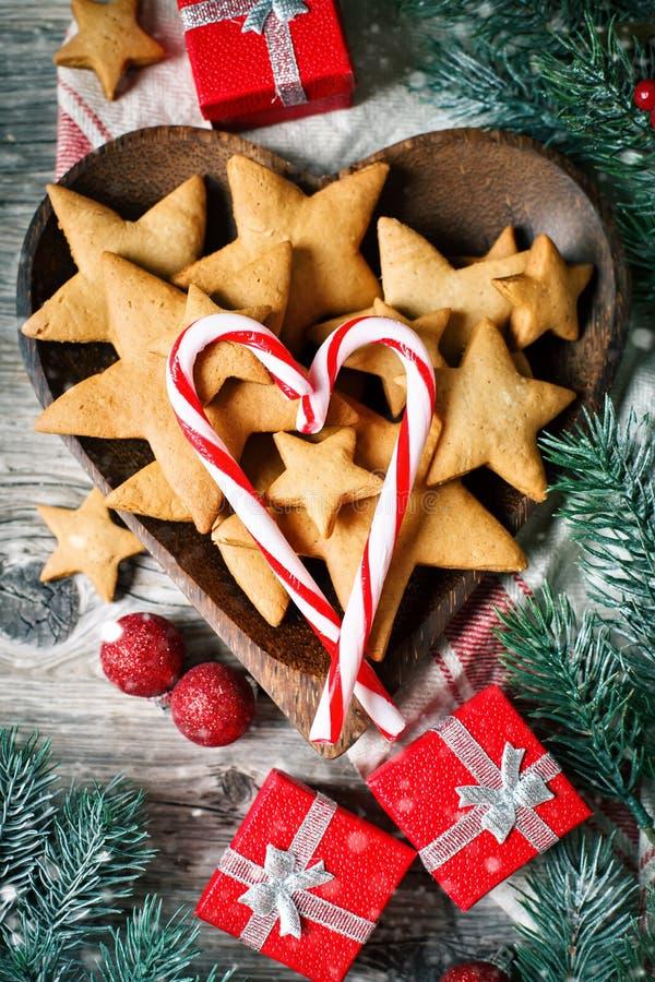 С Рождеством Христовым и с новым годом Печенья, подарки и ветви ели на деревянном столе Селективный фокус Рождество стоковые изображения
