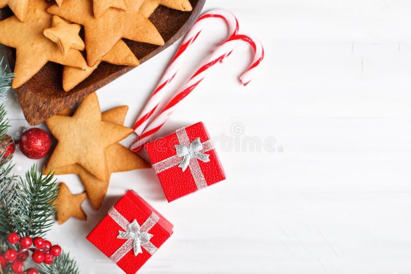 С Рождеством Христовым и с новым годом Печенья, подарки и ветви ели на белом деревянном столе Селективный фокус стоковые фотографии rf