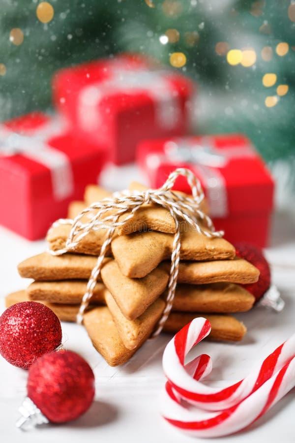 С Рождеством Христовым и с новым годом Печенья, подарки и ветви ели на белом деревянном столе Селективный фокус стоковое изображение