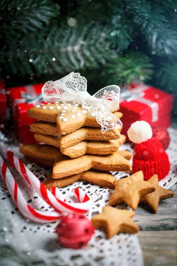 С Рождеством Христовым и с новым годом Подарки печений и ветви ели на деревянном столе Селективный фокус Рождество стоковое фото rf