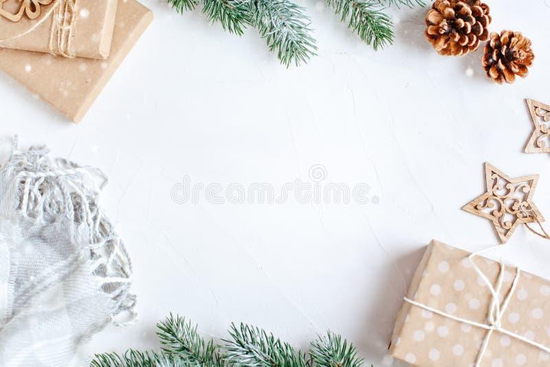 С Рождеством Христовым и с новым годом Подарки рождества на светлой предпосылке Селективный фокус Взгляд сверху звезды абстрактно стоковое фото rf