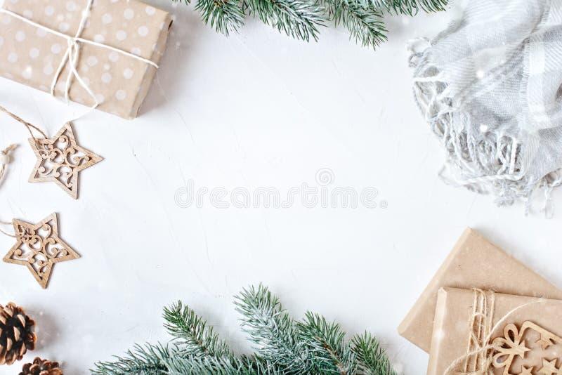 С Рождеством Христовым и с новым годом Подарки рождества на светлой предпосылке Селективный фокус Взгляд сверху звезды абстрактно стоковое изображение rf