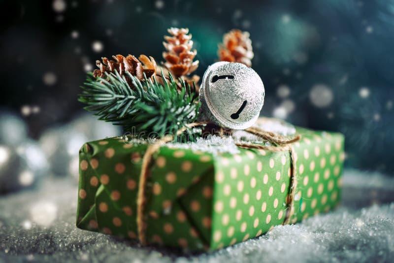С Рождеством Христовым и с новым годом Подарок и рождественская елка рождества на темной деревянной предпосылке стоковые фото