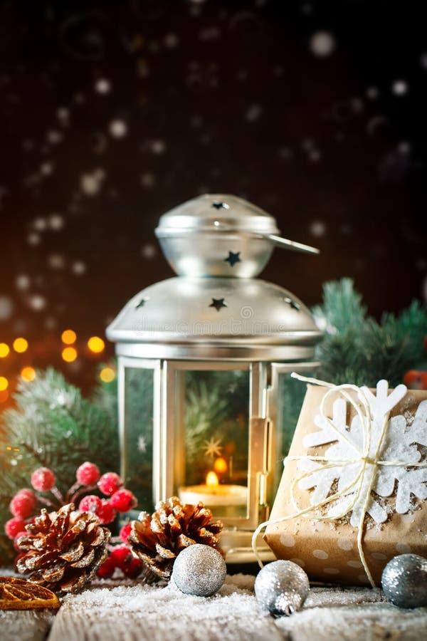 С Рождеством Христовым и с новым годом Подарок и рождественская елка рождества на темной деревянной предпосылке Селективный фокус стоковые изображения