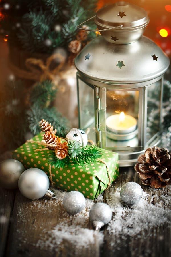 С Рождеством Христовым и с новым годом Подарок и рождественская елка рождества на темной деревянной предпосылке Селективный фокус стоковая фотография rf