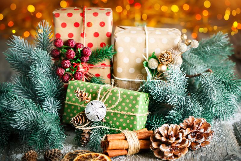 С Рождеством Христовым и с новым годом Подарок и рождественская елка рождества на темной деревянной предпосылке Селективный фокус стоковое изображение rf