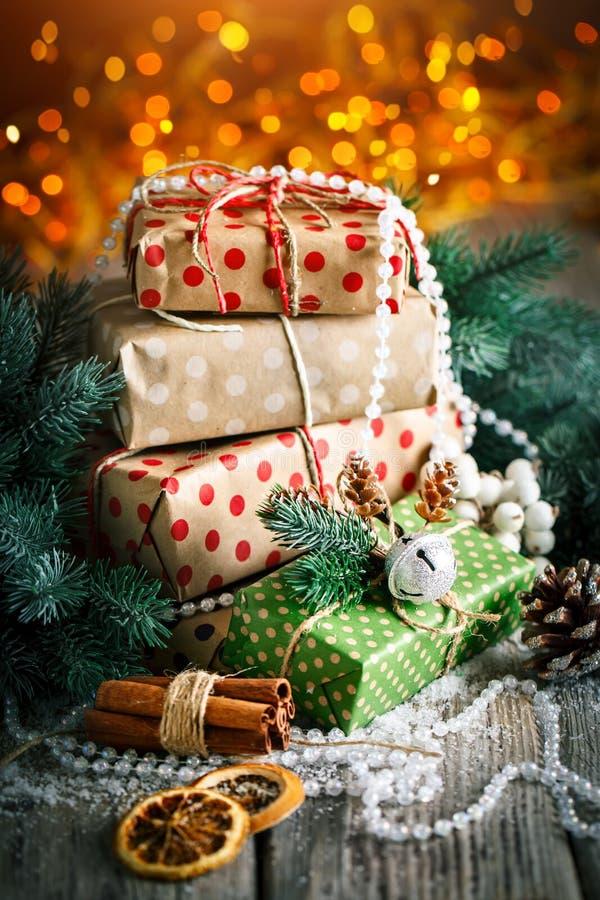 С Рождеством Христовым и с новым годом Подарок и рождественская елка рождества на темной деревянной предпосылке Селективный фокус стоковое изображение
