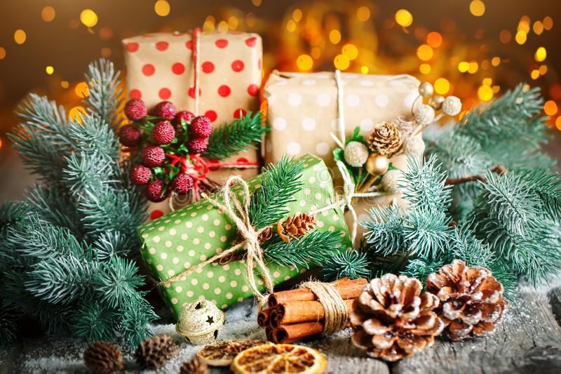 С Рождеством Христовым и с новым годом Подарок и рождественская елка рождества на темной деревянной предпосылке Селективный фокус стоковые изображения rf