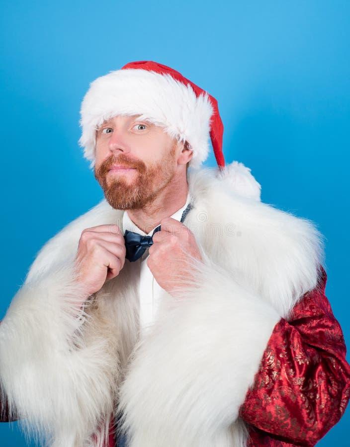 С Рождеством Христовым и с новым годом Санта Клаус в современной красной куртке Рождество, торжество Нового Года стоковая фотография rf