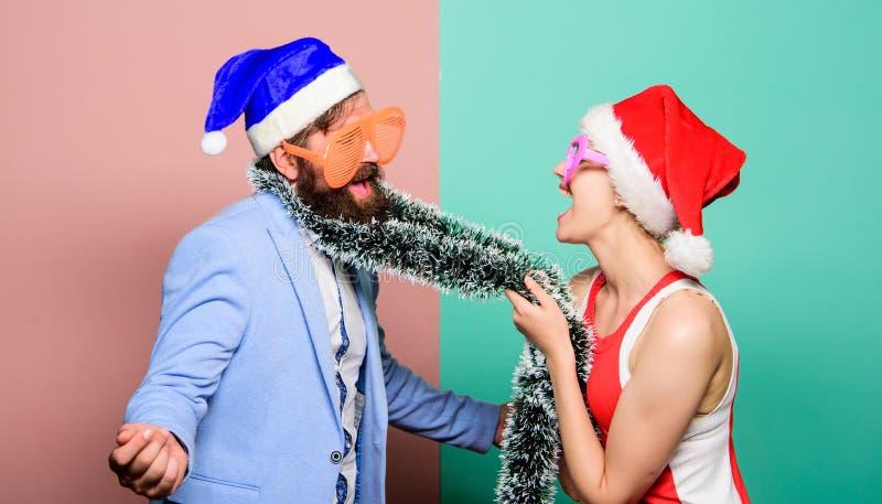 С Рождеством Христовым и с новым годом Семья празднуя рождество Партия Новый Год счастливые пары в шляпе Санта Клауса стоковое изображение
