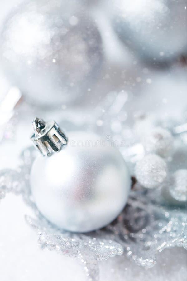 С Рождеством Христовым и с новым годом Серебряные игрушки рождества на светлой предпосылке Селективный фокус звезды абстрактной к стоковые фото