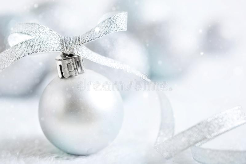 С Рождеством Христовым и с новым годом Серебряные игрушки рождества на светлой предпосылке Селективный фокус звезды абстрактной к стоковое фото