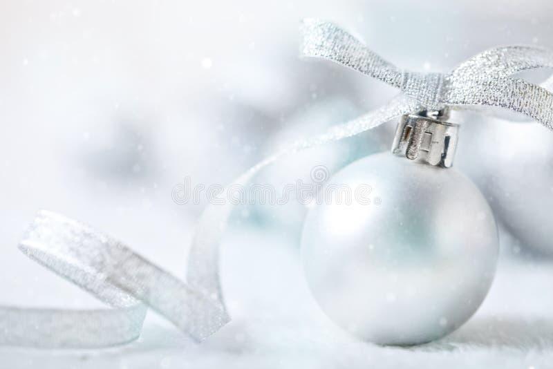 С Рождеством Христовым и с новым годом Серебряные игрушки рождества на светлой предпосылке Селективный фокус звезды абстрактной к стоковое изображение