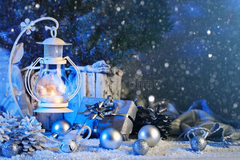 С Рождеством Христовым и с новым годом Состав рождества игрушек, подарков, свечей и рождественской елки рождества стоковое фото rf