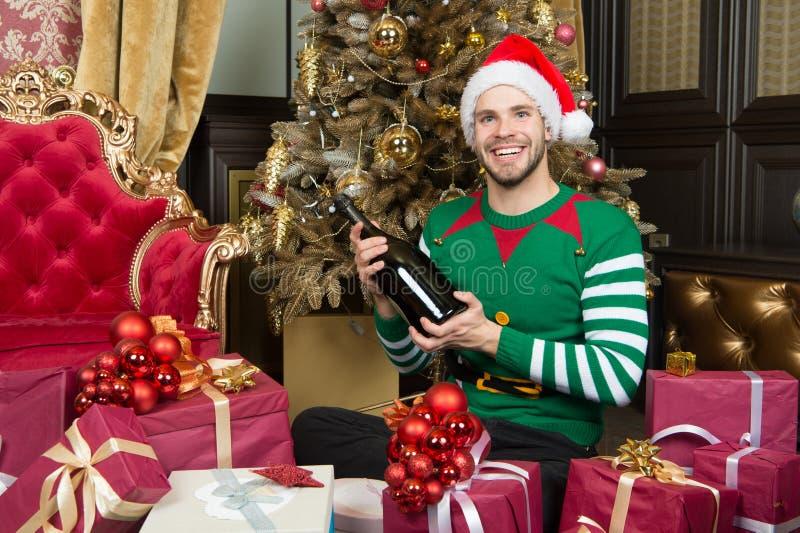 С Рождеством Христовым и с новым годом Счастливый человек с подарочными коробками Нового Года Человек в настоящих моментах Нового стоковые изображения