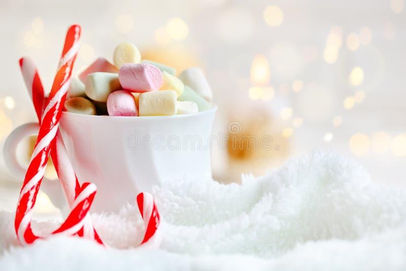 С Рождеством Христовым и с новым годом Чашка какао и зефиров на светлой предпосылке Предпосылка с космосом экземпляра стоковые изображения
