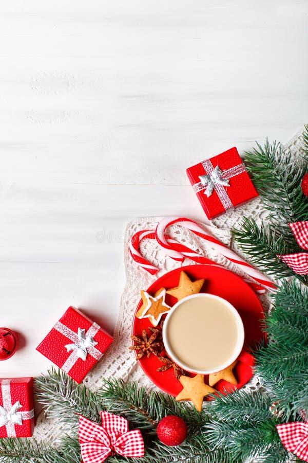 С Рождеством Христовым и с новым годом Чашка какао, подарков и ветвей ели на белом деревянном столе Селективный фокус стоковые фотографии rf