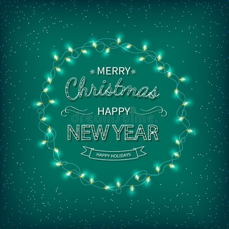 С Рождеством Христовым и счастливая предпосылка приветствию Нового Года Красивая литерность логотипа с гирляндами на зеленой пред бесплатная иллюстрация