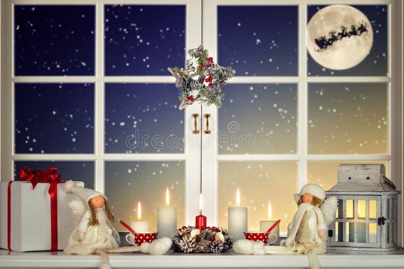 С Рождеством Христовым и счастливые праздники! Красивое украшенное для окна рождества Лес зимы от окна дома стоковое изображение