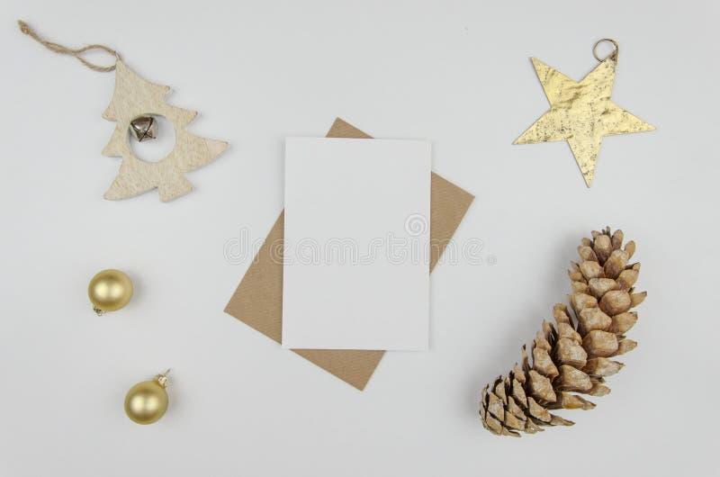С Рождеством Христовым литерность приветствию Шарики украшений праздника рождества, рождественская елка, золотая звезда и большой стоковое изображение rf
